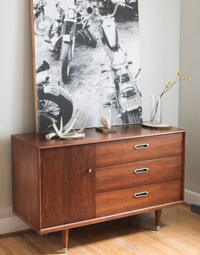 ξύλινη συρταριέρα με κάδρο