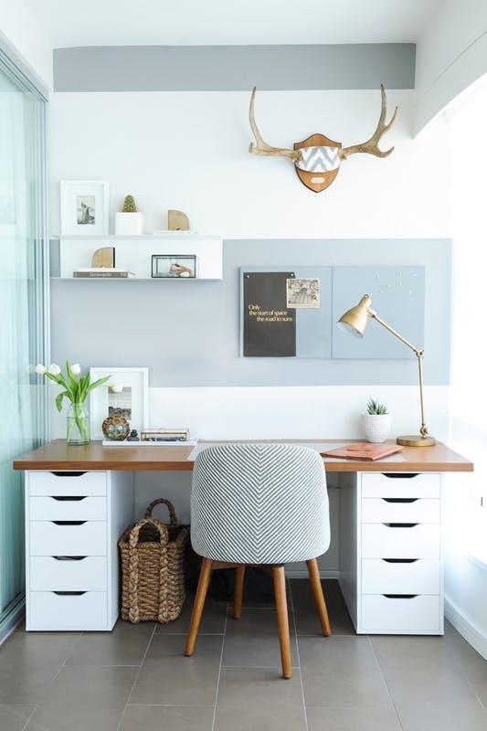 γραφείο με συρταριέρες