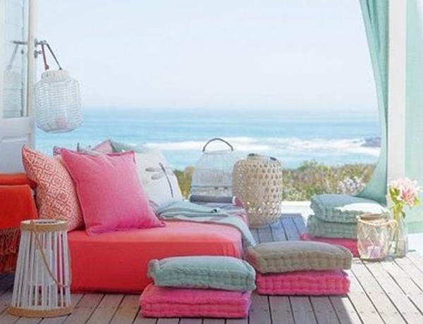 βεράντα με πολύχρωμους καναπέδες