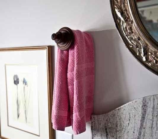 πετσέτα κρεμασμένη σε κουρτινόξυλο