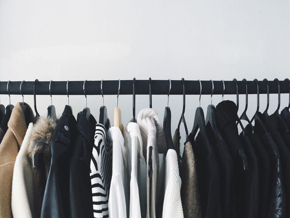 ρούχα σε κρεμάστρα